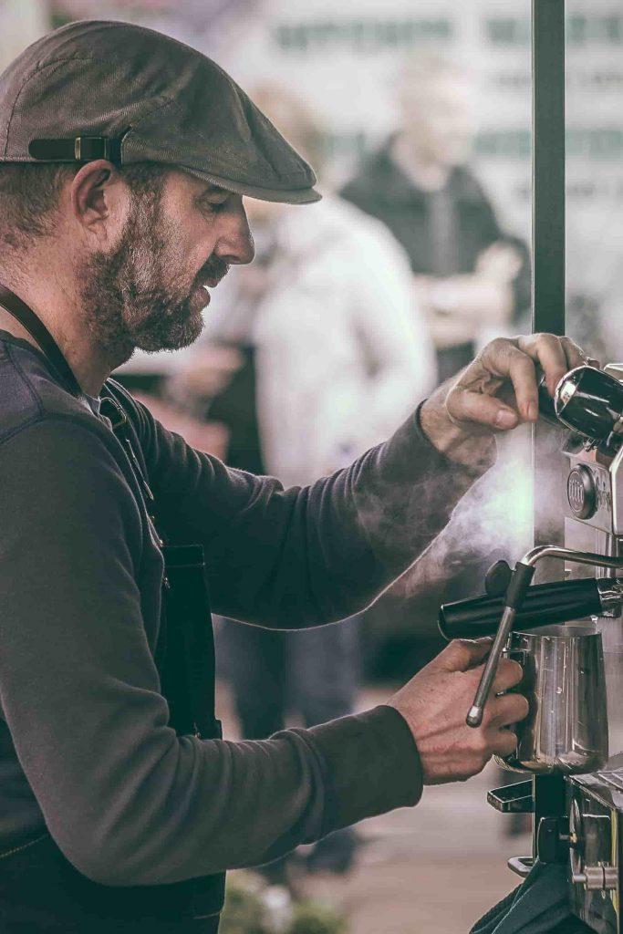 barman preparando cappuccino