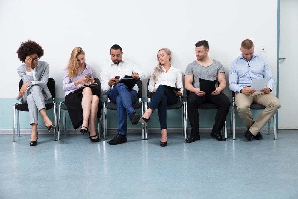 Candidati cercano lavoro aspettando in coda per un colloquio